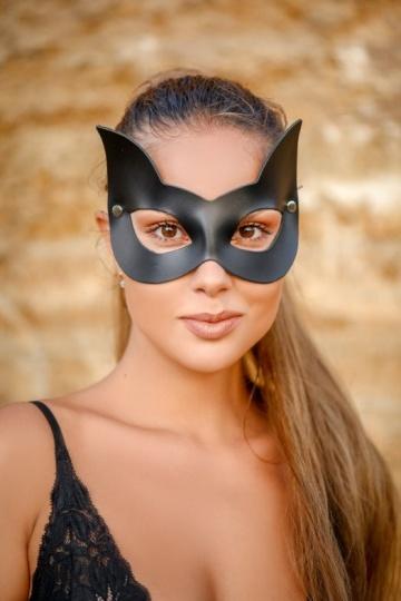 Черная кожаная маска с прорезями для глаз и ушками